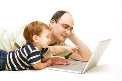 Vader en zoon met notitieboekje stock foto