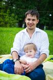 Vader en zoon op aard gelukkige familie Stock Afbeelding