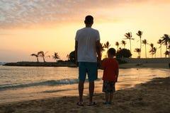 Vader en zoon op een strand Stock Afbeeldingen
