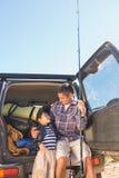 Vader en zoon op een visreis Royalty-vrije Stock Foto's