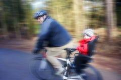 Vader en zoon op fiets Royalty-vrije Stock Foto's