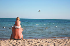 Vader en zoon op het strand Royalty-vrije Stock Foto's