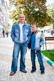 Vader en zoon openlucht Royalty-vrije Stock Afbeeldingen