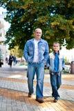 Vader en zoon openlucht Royalty-vrije Stock Afbeelding