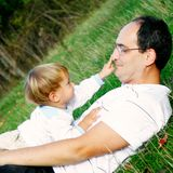 Vader en zoon in openlucht Stock Foto