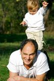 Vader en zoon openlucht Stock Foto's