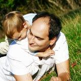 Vader en zoon in openlucht Stock Fotografie