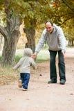Vader en zoon in park