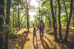 Vader en zoon samen openlucht royalty-vrije stock foto