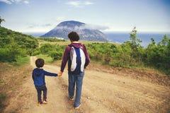 Vader en zoon samen openlucht royalty-vrije stock afbeeldingen