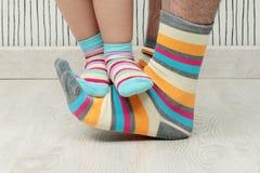 Vader en zoon in sokken Royalty-vrije Stock Foto's