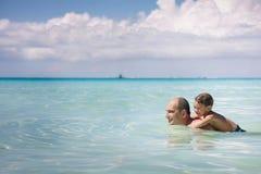 Vader en zoon in water Royalty-vrije Stock Afbeelding