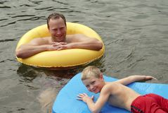 Vader en zoon in water Royalty-vrije Stock Fotografie