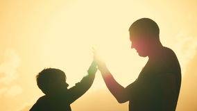 Vader en zoons de schok dient overeenkomst in Gelukkige familie die pret in het avond hebben Mooie aardlandschap stock videobeelden