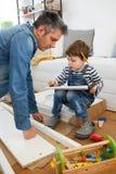 Vader en zoons het assembleren meubilair Stock Foto's