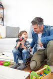 Vader en zoons het assembleren meubilair Royalty-vrije Stock Afbeelding