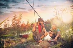 Vader en zoons het eindigen met voorbereidingen en klaar voor visserij royalty-vrije stock foto