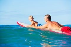 Vader en Zoons het Gaande Surfen Royalty-vrije Stock Afbeelding