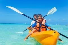 Vader en zoons het kayaking bij tropische oceaan royalty-vrije stock fotografie