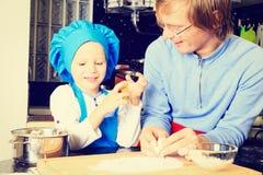 Vader en zoons het koken in keuken Royalty-vrije Stock Afbeeldingen