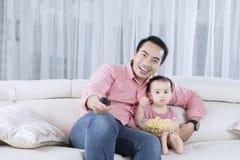 Vader en zoons het letten op televisie stock foto's