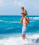 Vader en zoons het spelen in het overzees Royalty-vrije Stock Foto's