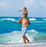 Vader en zoons het spelen in het overzees stock afbeeldingen
