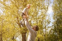 Vader en zoons het spelen op de weide royalty-vrije stock foto