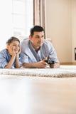 Vader en zoons het spelen videospelletje op vloer thuis royalty-vrije stock foto's
