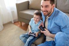 Vader en zoons het spelen videospelletje thuis Royalty-vrije Stock Afbeeldingen