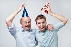 Vader en zoons het vieren verjaardag of andere familievakantie Zij zijn gelukkig om hun gasten te zien stock foto