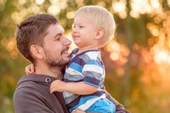 Vader en zoons openluchtportret in zonsondergangzonlicht Stock Foto's
