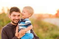 Vader en zoons openluchtportret in zonsondergangzonlicht Royalty-vrije Stock Foto