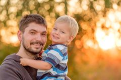 Vader en zoons openluchtportret in zonsondergangzonlicht Royalty-vrije Stock Foto's