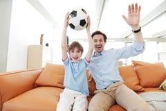 Vader en zoons wathcing voetbal Royalty-vrije Stock Afbeelding