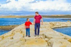 Vader en zoonsholdingshanden stock foto