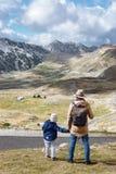 Vader en zoonsreis samen in de herfstbergen Durmitor, Mon Royalty-vrije Stock Afbeeldingen