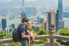Vader en zoonsreizigers bij de piek van Victoria tegen de achtergrond van Hong Kong Het reizen met kinderenconcept royalty-vrije stock fotografie