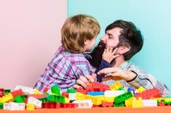 vader en zoonsspelspel de bouwhuis met kleurrijke aannemer kleine jongen met papa die samen spelen Kind royalty-vrije stock foto's