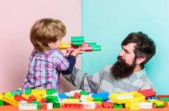 vader en zoonsspelspel Droom over vlieg Gelukkige familievrije tijd de bouwvliegtuig met kleurrijke aannemer Liefde Kind stock foto's