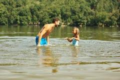 Vader healps dochter leren hoe te zwemmen Royalty-vrije Stock Afbeelding