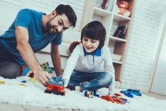 vader Heb pret zoon Spelenspelen gelukkig samen stock afbeeldingen