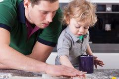 Vader het koken met zoon Stock Foto's