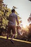 Vader het spelen in de weide met dochter Het genieten van in s Stock Foto