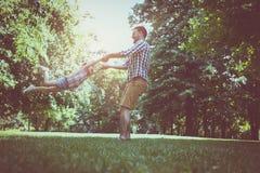 Vader het spelen in de weide met dochter Het genieten van in s Stock Fotografie