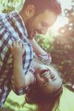 Vader het spelen in de weide met dochter Het genieten van in s Stock Afbeeldingen