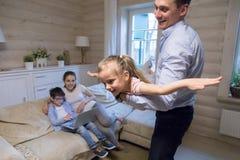 Vader het spelen met dochter op weekend thuis royalty-vrije stock foto