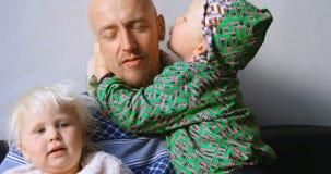Vader het spelen met zijn kinderen in woonkamer 4k stock videobeelden