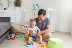 Vader het spelen met zijn 9 van de babymaanden oud jongen thuis Stock Foto