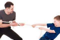 Vader het spelen met zijn zoon in kabel het trekken Royalty-vrije Stock Afbeeldingen